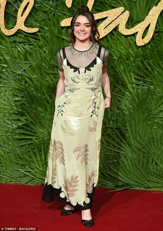 Chic_Maisie_Williams_cut_a_fetching_figure_at_the_Fashion_Awards-photo