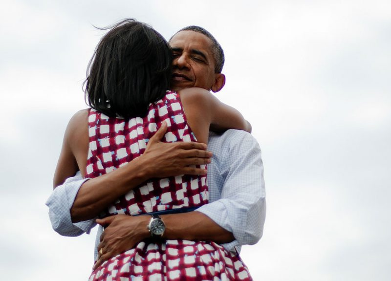 barack-obama-michelle-love-story-hugs-photo
