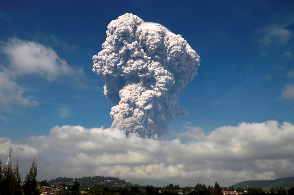 Indonesian Sinabung Volcano Erupts Again - See PHOTOS of Fantastic Ash Column (Video)
