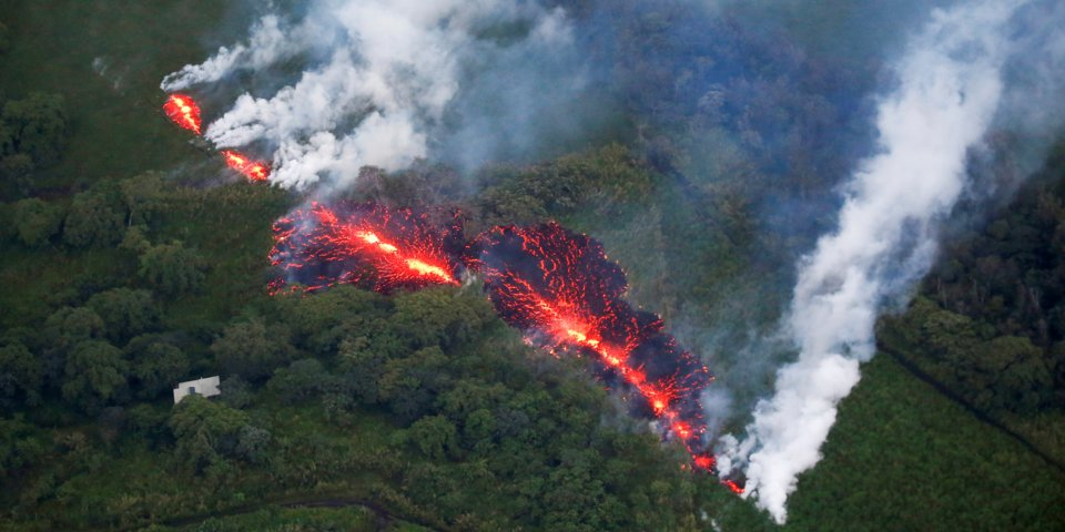Deadly Hawaii Volcano Eruption - Lava Bursts 40ft High from 17 Cracks and Evokes WORST Earthquake in 10 Years (PHOTOS)+ Video (UPD)