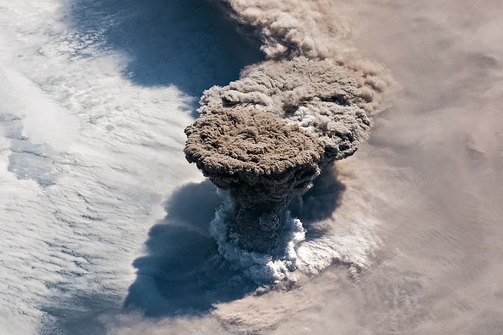 eruption-volcano-russia-raikoke-photo