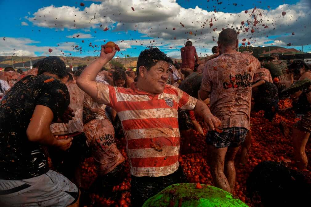 Best Pictures This Week: Tomato Fight Festival, Propaganda Display in Pyongyang and Huge Rubbish Dump
