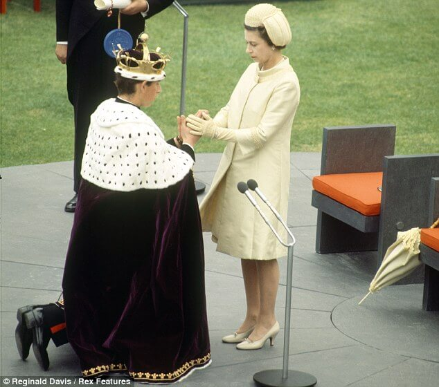 prince-charles-kneels-before-queen-elizabeth-photo